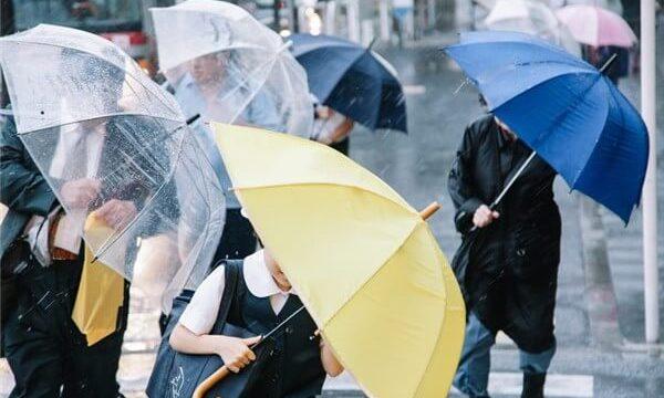 梅雨の時期は靴が濡れる
