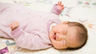 家に刺されて泣く赤ちゃん