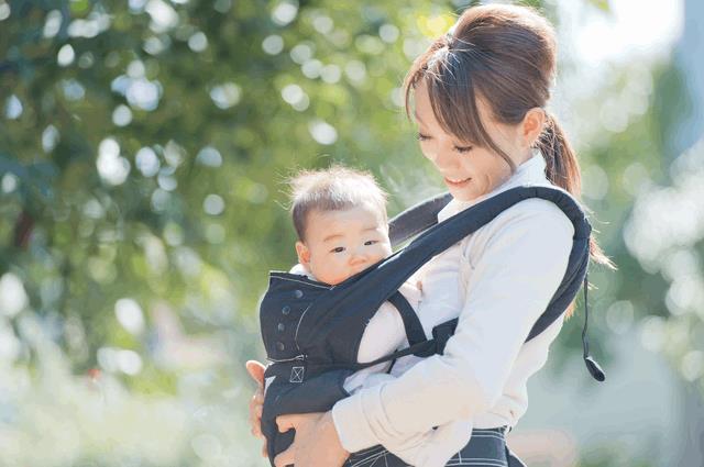 抱っこ紐をするお母さんと赤ちゃん